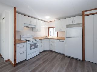 """Photo 5: 7 12248 SUNSHINE COAST Highway in Madeira Park: Pender Harbour Egmont Manufactured Home for sale in """"SEVEN ISLES"""" (Sunshine Coast)  : MLS®# R2604086"""
