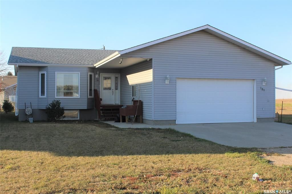 Main Photo: 209 5th Avenue East in Lampman: Residential for sale : MLS®# SK831260