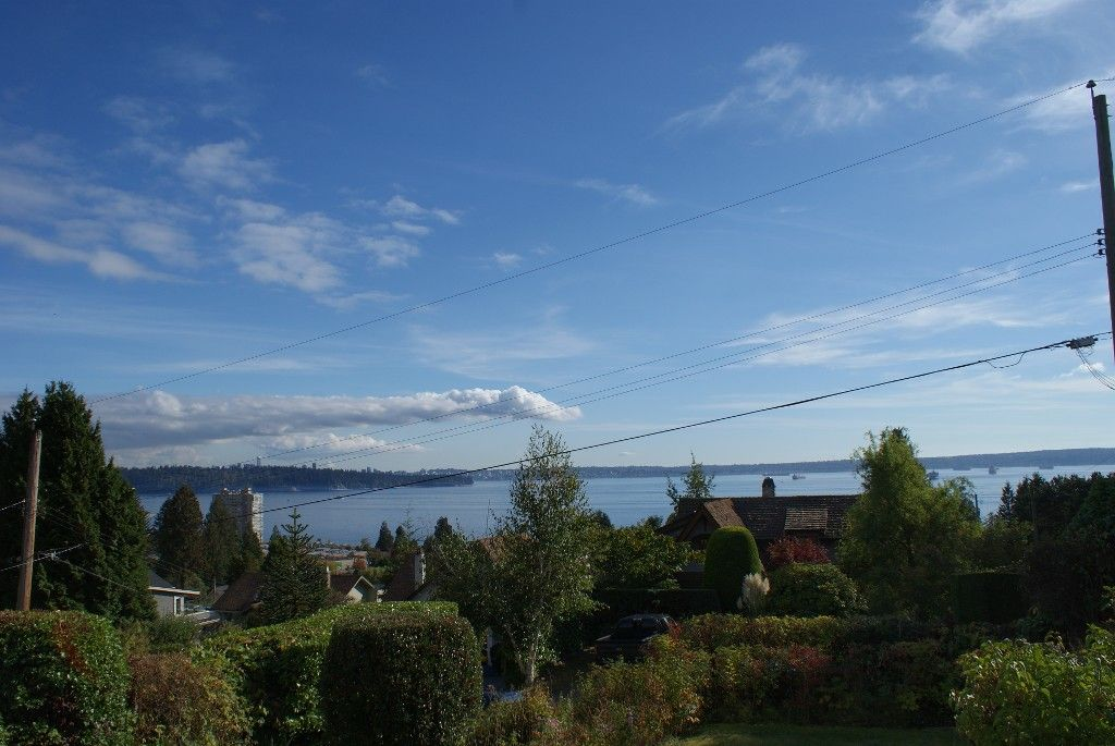 Photo 1: Photos: 2595 Lawson Avenue in West Vancouver: Dundarave House for rent