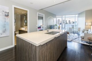 """Photo 3: 405 12 ATHLETES Way in Vancouver: False Creek Condo for sale in """"KAYAK"""" (Vancouver West)  : MLS®# R2236470"""