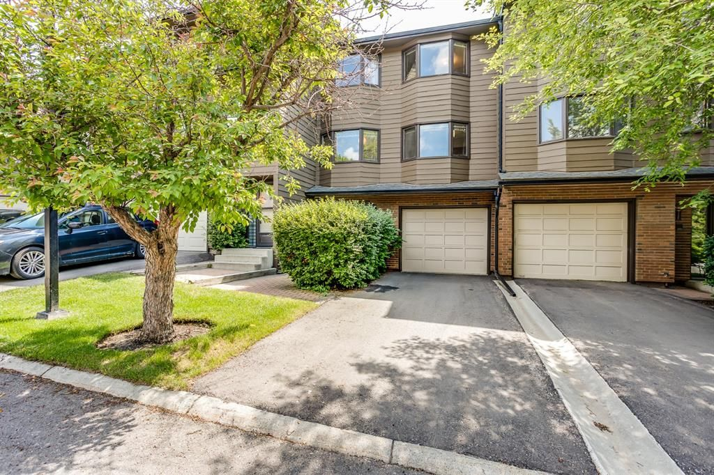 Main Photo: 92 23 Glamis Drive SW in Calgary: Glamorgan Row/Townhouse for sale : MLS®# A1128927