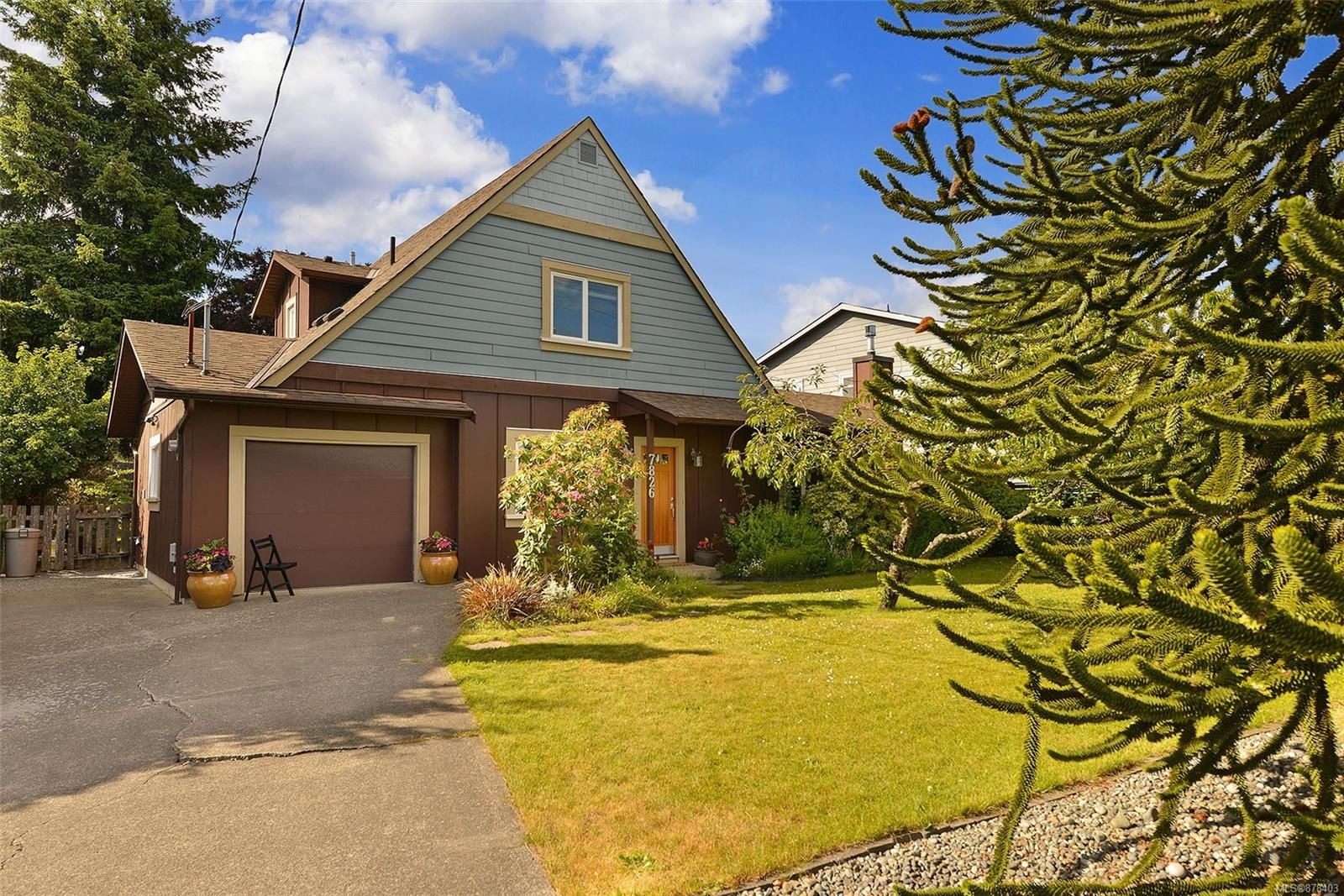 Main Photo: 7826 Wallace Dr in Central Saanich: CS Saanichton House for sale : MLS®# 878403