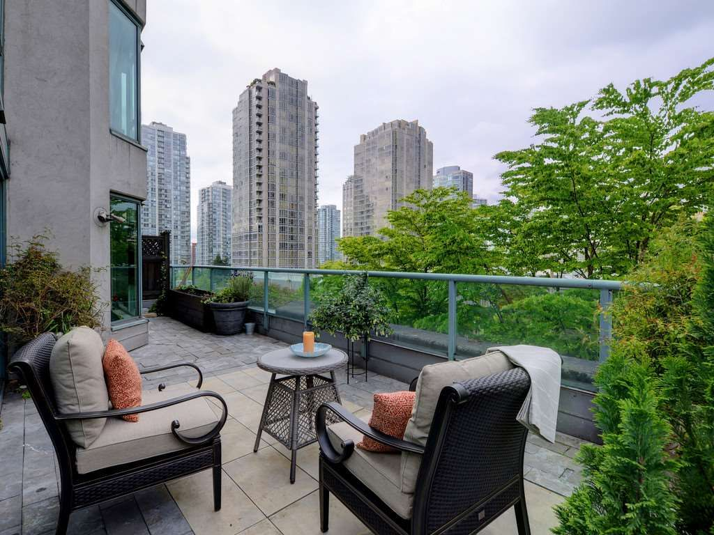 "Main Photo: 203 888 HAMILTON Street in Vancouver: Downtown VW Condo for sale in ""ROSEDALE GARDENS"" (Vancouver West)  : MLS®# R2169872"
