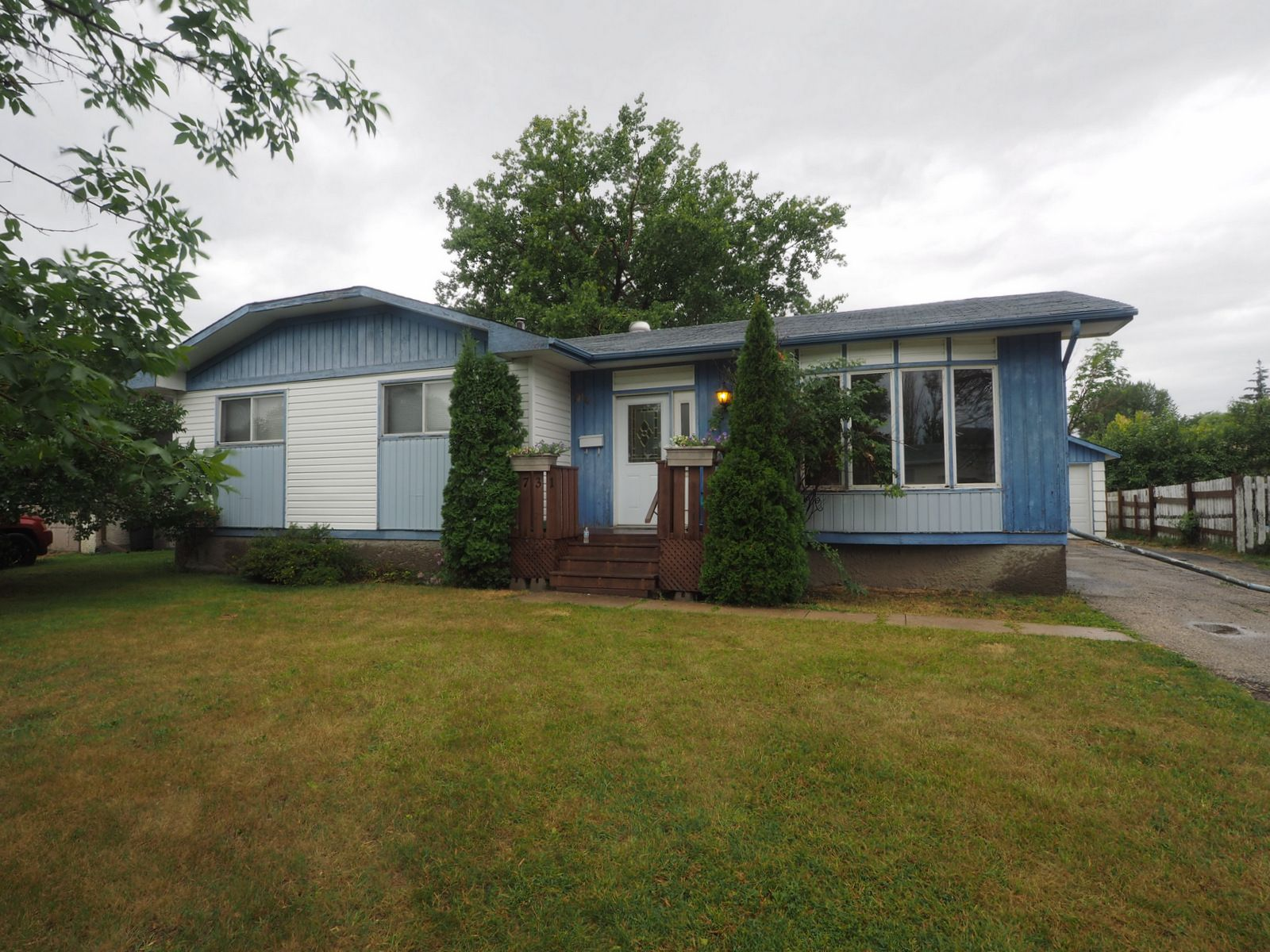 Main Photo: 731 Cedar Bay in Portage la Prairie: House for sale : MLS®# 202019191