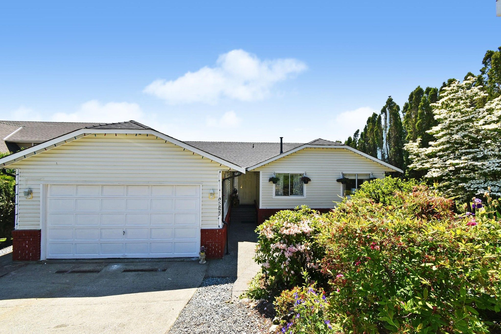 """Main Photo: 35822 CANTERBURY Avenue in Abbotsford: Abbotsford East House for sale in """"Mountain Village"""" : MLS®# R2583174"""