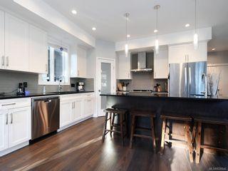Photo 2: 948 Aral Rd in Esquimalt: Es Kinsmen Park House for sale : MLS®# 838946