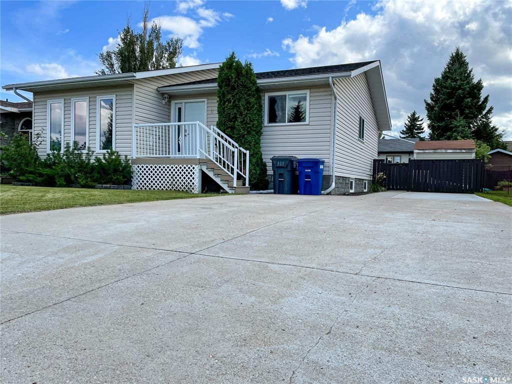 Main Photo: 8 Marion Crescent in Meadow Lake: Residential for sale : MLS®# SK867626