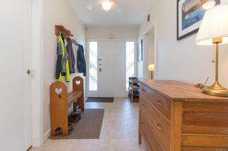 Photo 2: 2416 Mowat St in : OB Henderson House for sale (Oak Bay)  : MLS®# 881551