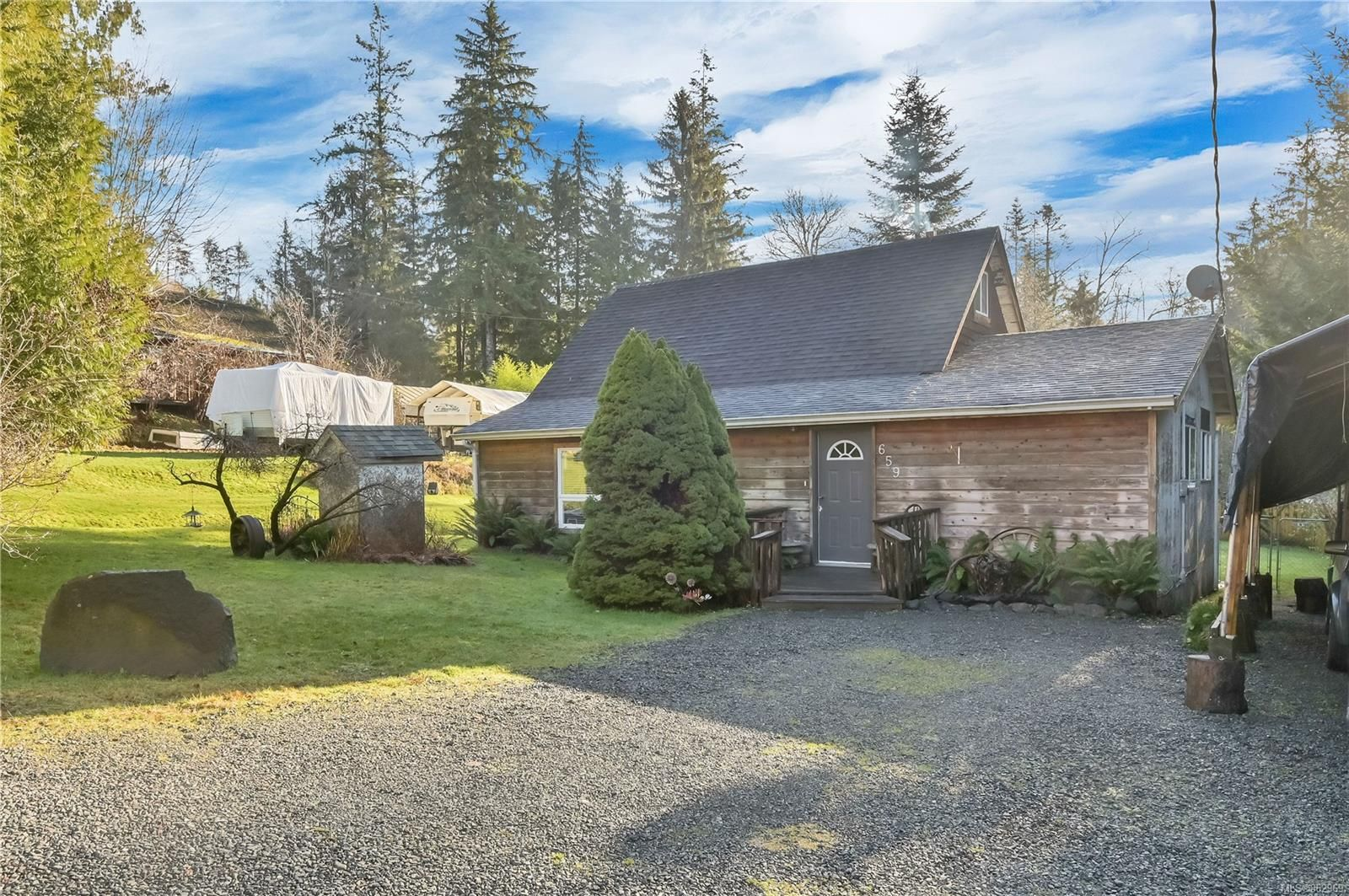 Quathiaski Cove family home on 0.23 acres, within walking distance from shops & services!
