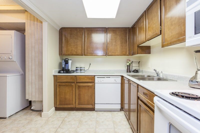 """Photo 5: Photos: 305 1341 GEORGE Street: White Rock Condo for sale in """"OCEANVIEW"""" (South Surrey White Rock)  : MLS®# R2215870"""