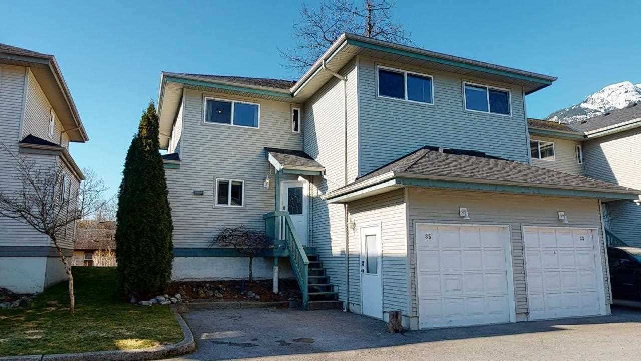 """Main Photo: 35 41449 GOVERNMENT Road in Squamish: Brackendale Townhouse for sale in """"Emerald Place"""" : MLS®# R2447820"""