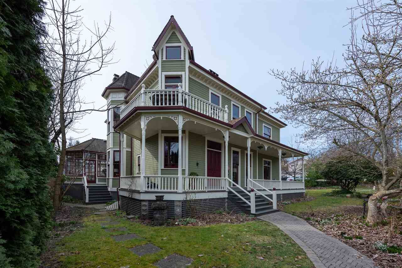 "Main Photo: 122 FIRST Street in New Westminster: Queens Park House for sale in ""QUEEN'S PARK"" : MLS®# R2563133"