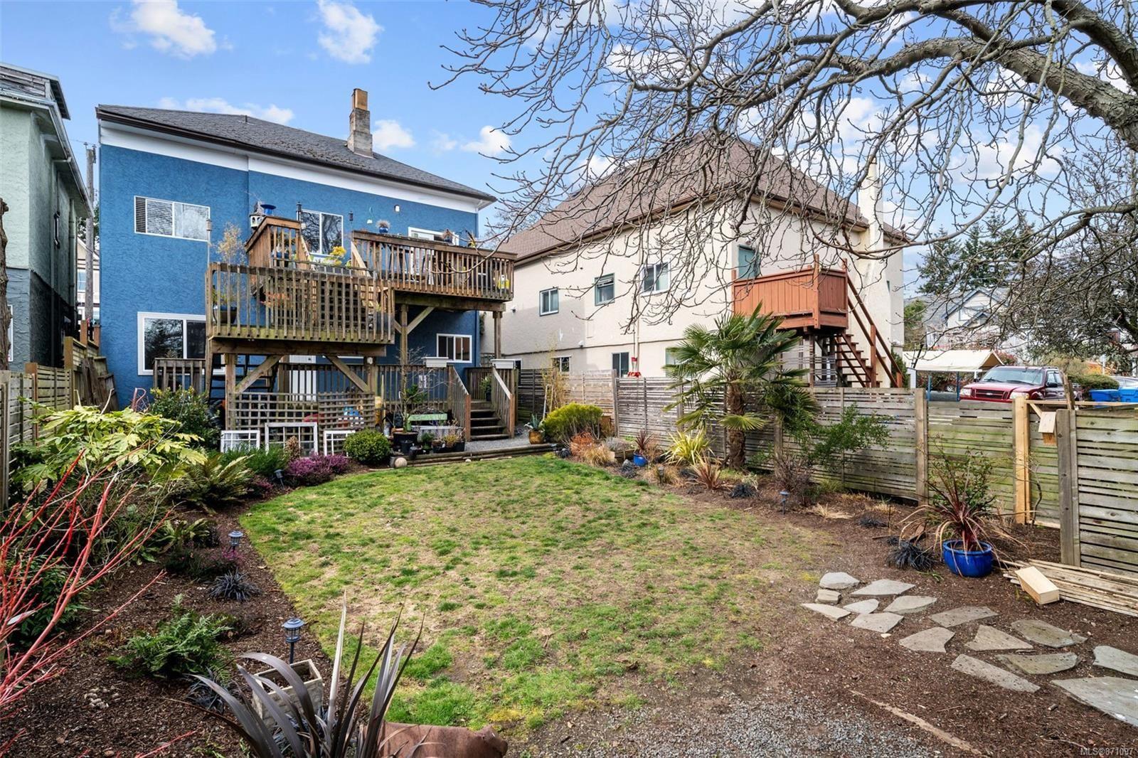 Main Photo: 1713/1715 Fernwood Rd in : Vi Fernwood House for sale (Victoria)  : MLS®# 871097