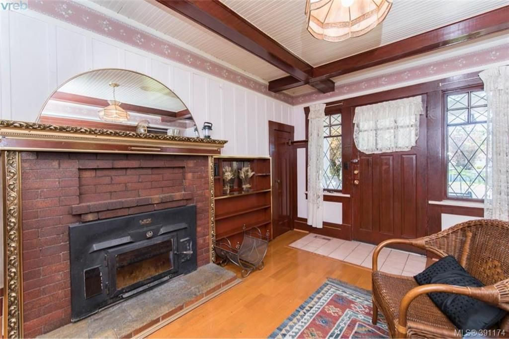 Photo 4: Photos: 1130 Goldstream Ave in VICTORIA: La Langford Lake House for sale (Langford)  : MLS®# 786306