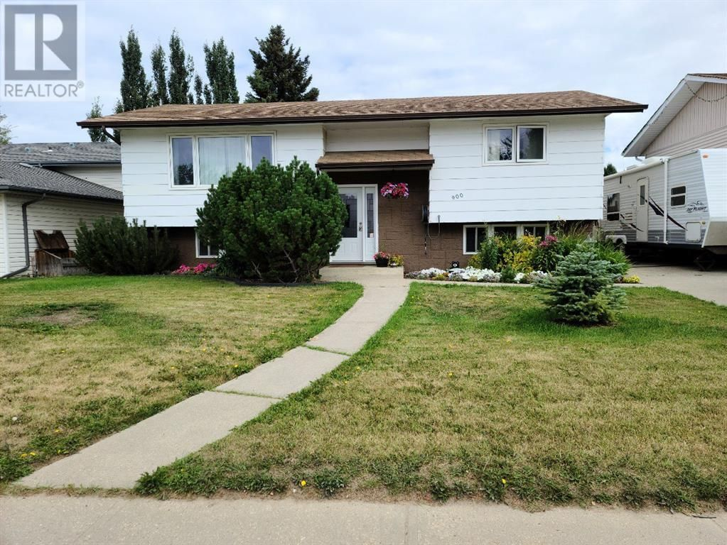 Main Photo: 900 11 Avenue SE in Slave Lake: House for sale : MLS®# A1140512