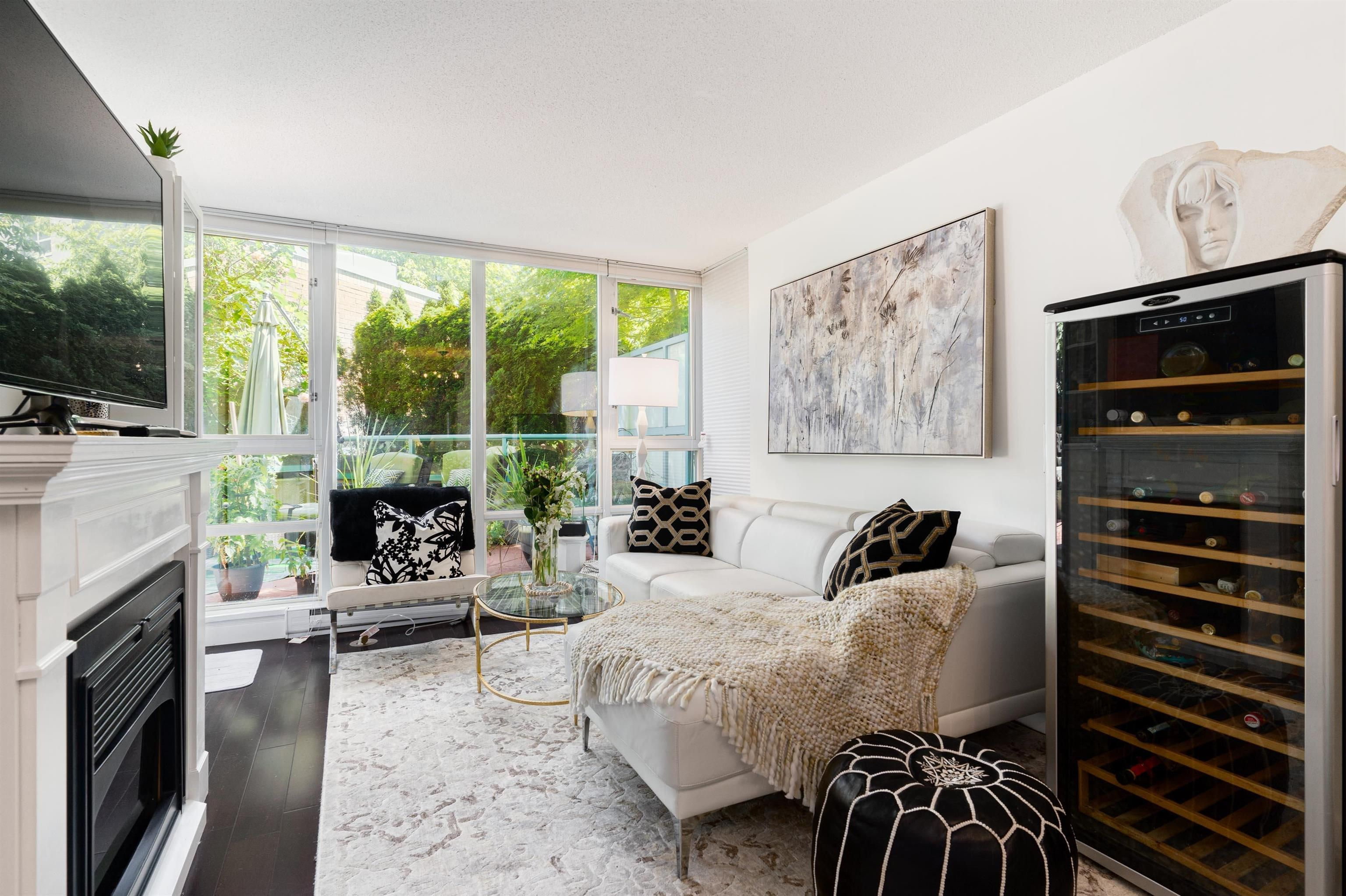 """Main Photo: 202 1033 MARINASIDE Crescent in Vancouver: Yaletown Condo for sale in """"QUAYWEST"""" (Vancouver West)  : MLS®# R2623495"""