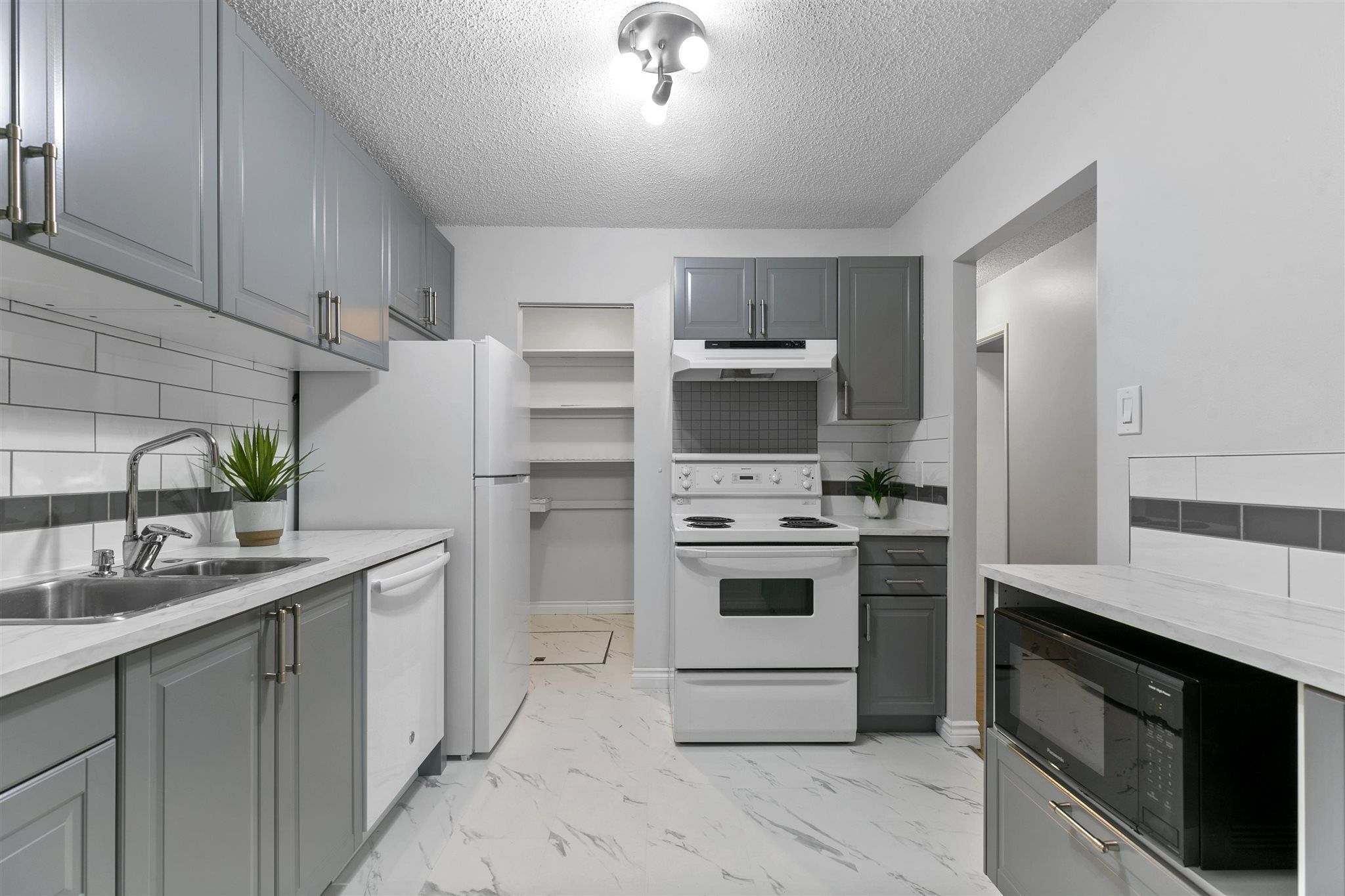 Main Photo: 9235 172 Street in Edmonton: Zone 20 Carriage for sale : MLS®# E4251853