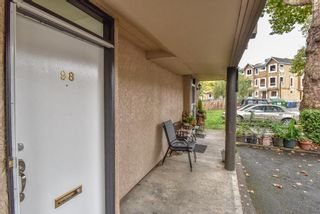 """Photo 3: 98 17718 60 Avenue in Surrey: Cloverdale BC Townhouse for sale in """"Clover Park Gardens"""" (Cloverdale)  : MLS®# R2339637"""