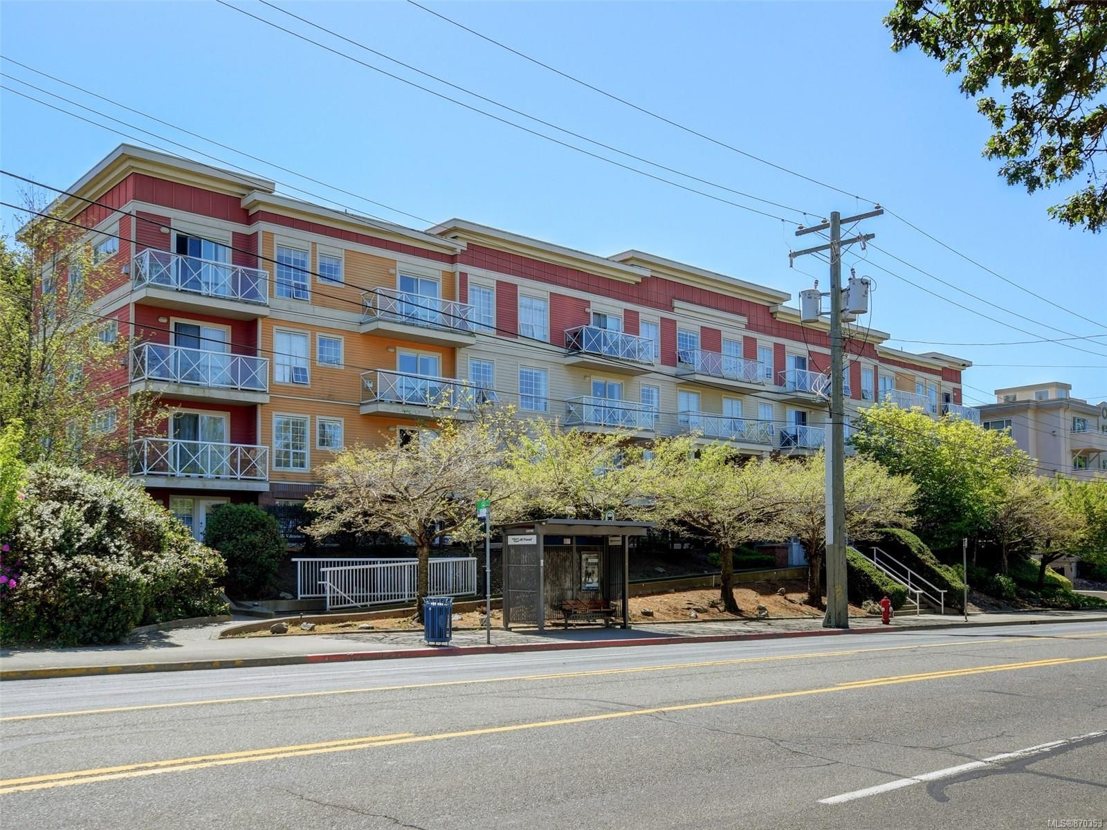 Main Photo: 208 1371 Hillside Ave in : Vi Oaklands Condo for sale (Victoria)  : MLS®# 870353