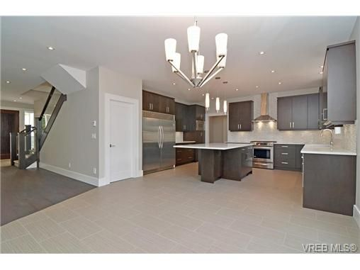 Photo 6: Photos: 111 Parsons Rd in VICTORIA: VR Six Mile House for sale (View Royal)  : MLS®# 684415