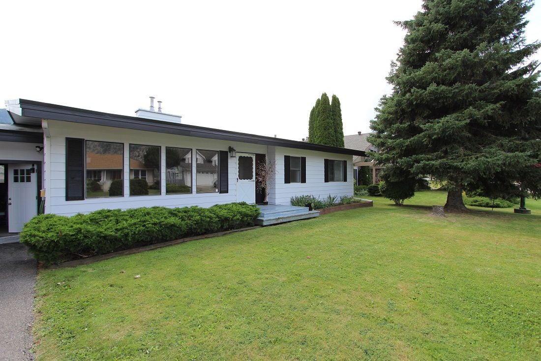 Main Photo: 520 Lakeshore Drive in Chase: House for sale : MLS®# 153005