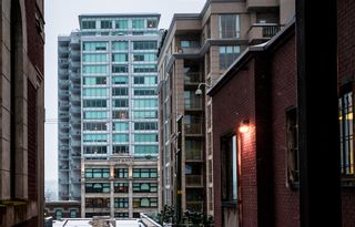 """Photo 1: 1012 668 COLUMBIA Street in New Westminster: Quay Condo for sale in """"TRAPP + HOLBROOK"""" : MLS®# R2137000"""