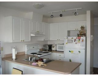 """Photo 3: 303 788 E 8TH Avenue in Vancouver: Mount Pleasant VE Condo for sale in """"CHELSEA COURT"""" (Vancouver East)  : MLS®# V743600"""