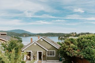 Photo 1: 527 S FLETCHER Road in Gibsons: Gibsons & Area House for sale (Sunshine Coast)  : MLS®# R2596702