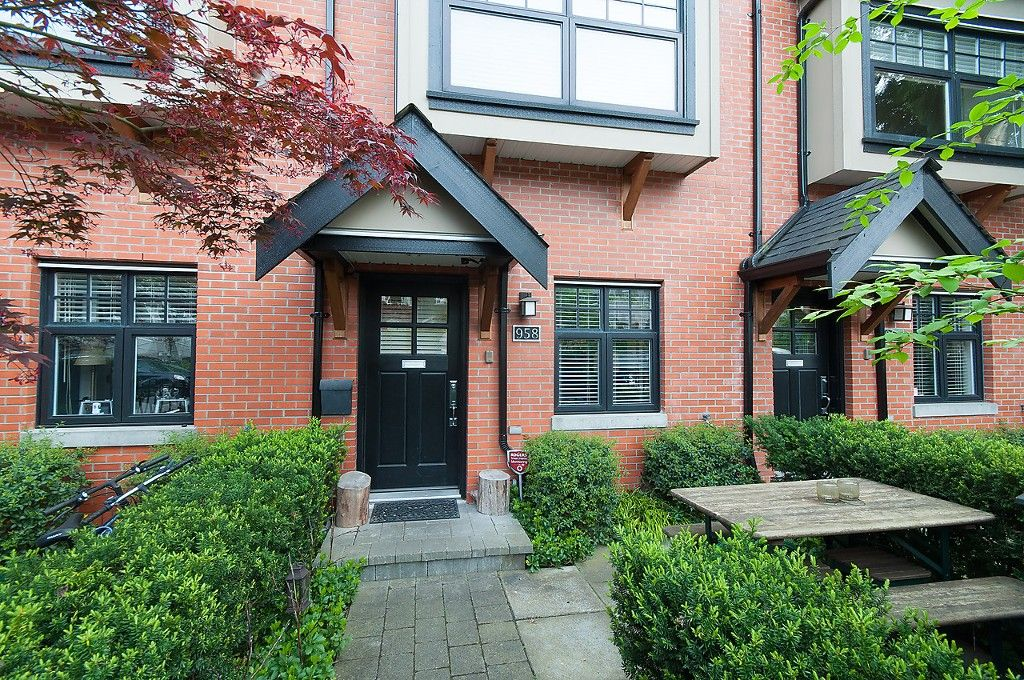 "Main Photo: 958 W 15TH Avenue in Vancouver: Fairview VW Townhouse for sale in ""THE CLASSIX"" (Vancouver West)  : MLS®# R2063040"