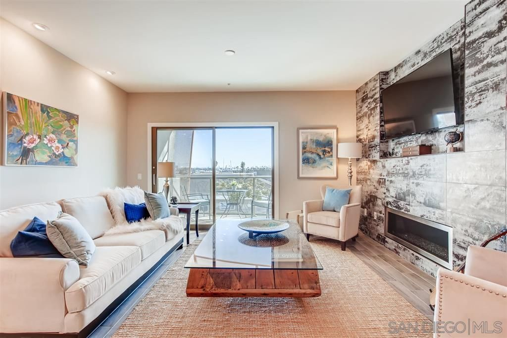Photo 4: Photos: Condo for sale : 3 bedrooms : 3025 Byron St in San Diego