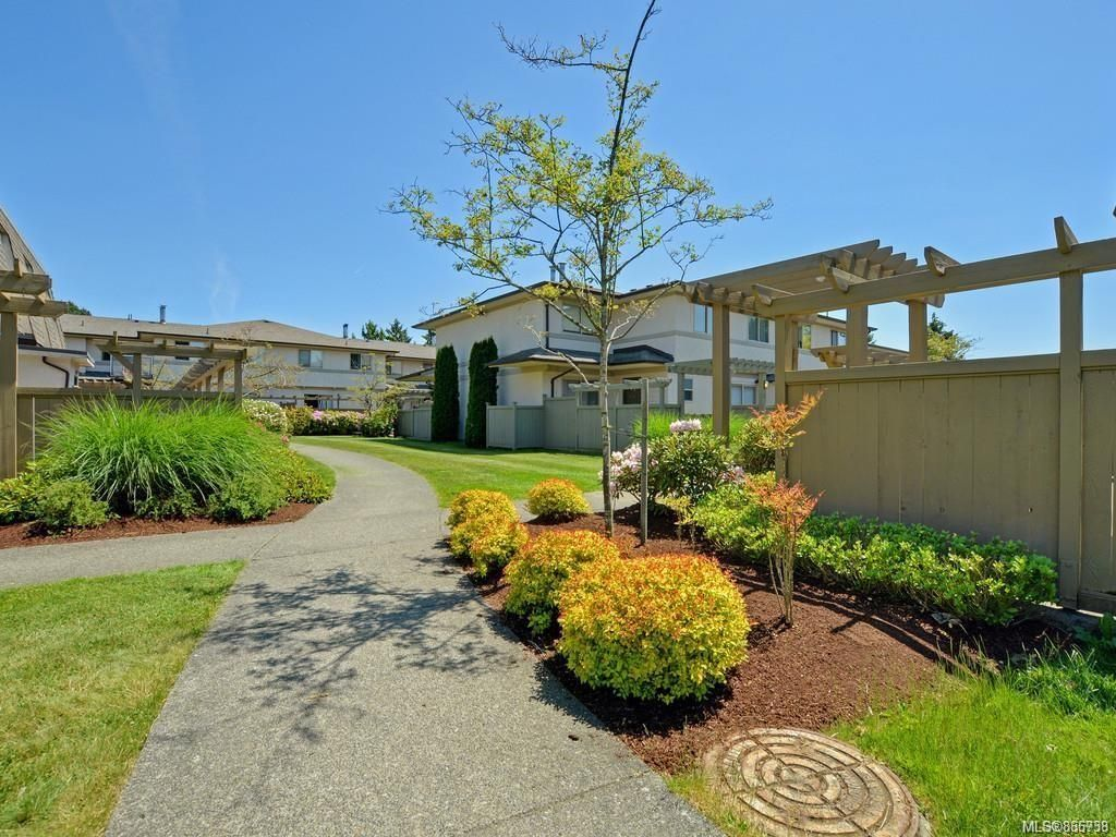 Main Photo: 38 4061 Larchwood Dr in : SE Lambrick Park Row/Townhouse for sale (Saanich East)  : MLS®# 866738