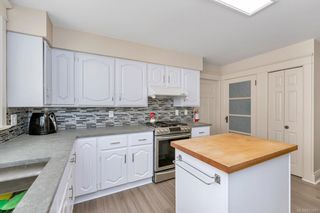 Photo 13: 934 Queens Ave in : Vi Central Park House for sale (Victoria)  : MLS®# 883083
