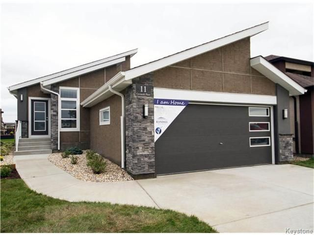 11 COTSWOLD PLACE - HAVE IT ALL WITH THIS RANDALL BUILT SHOWHOME!