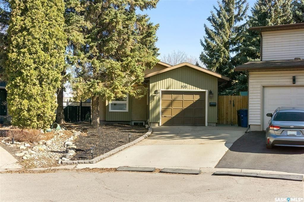 Main Photo: 935 Coppermine Lane in Saskatoon: River Heights SA Residential for sale : MLS®# SK856699