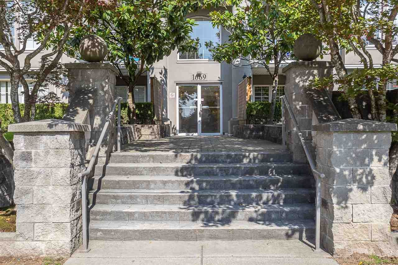 "Main Photo: 307 1669 GRANT Avenue in Port Coquitlam: Glenwood PQ Condo for sale in ""The Charleston"" : MLS®# R2308658"