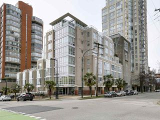 Photo 1: 920 910 BEACH Avenue in Vancouver: Yaletown Townhouse for sale (Vancouver West)  : MLS®# R2149914