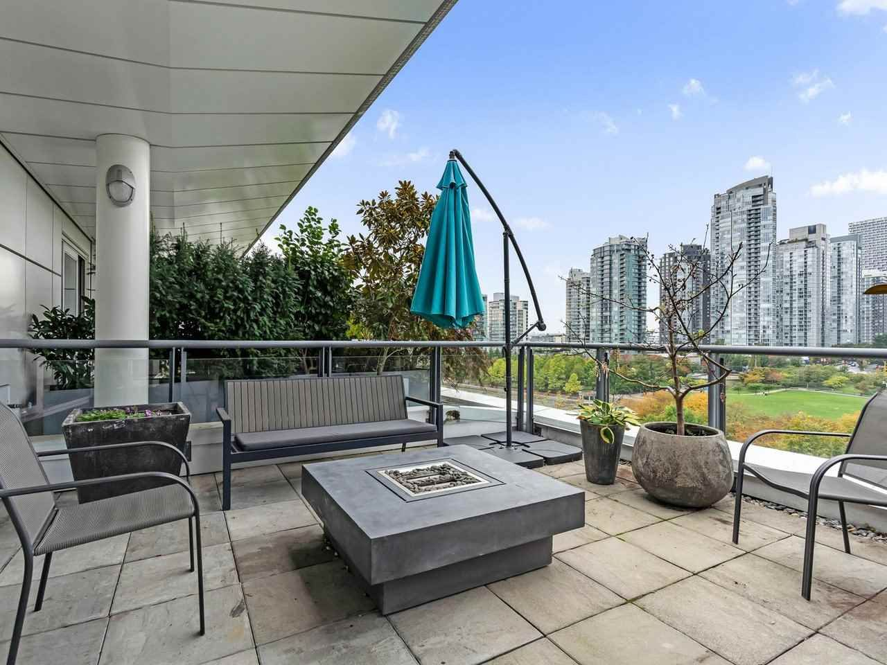 """Main Photo: 801 1383 MARINASIDE Crescent in Vancouver: Yaletown Condo for sale in """"COLUMBUS"""" (Vancouver West)  : MLS®# R2504775"""