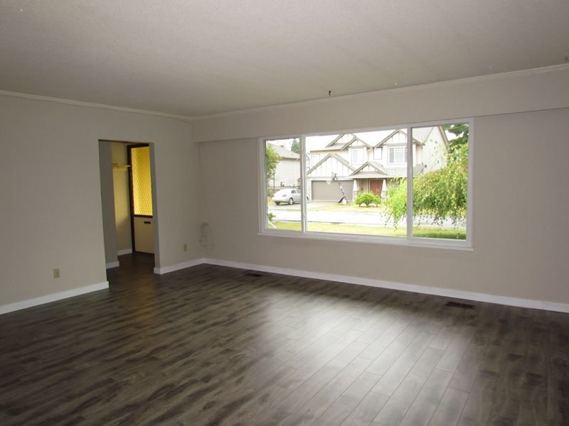 Photo 2: Photos: 2681 Victoria Street in Abbotsford: Clearbrook House for rent
