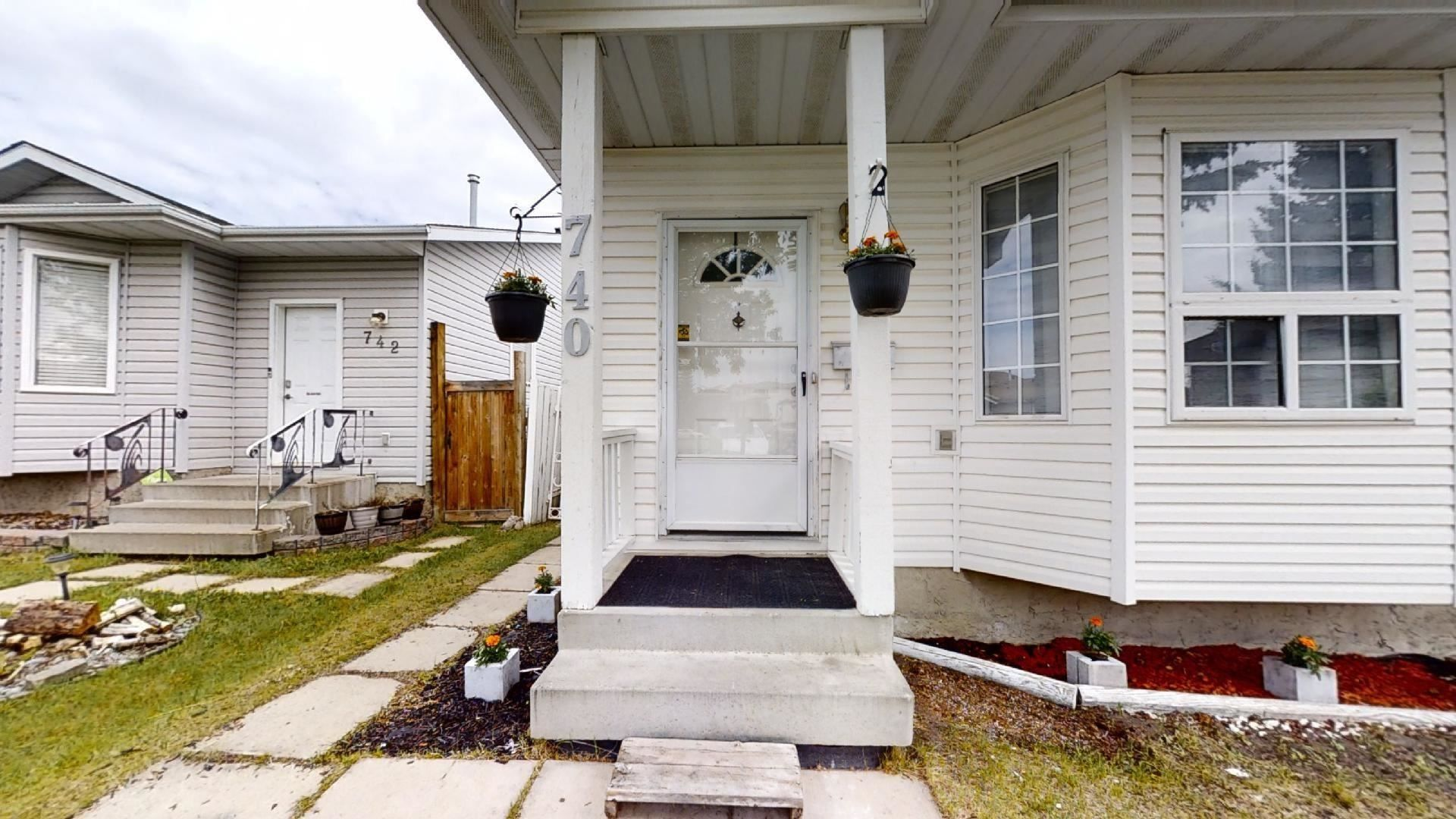 Main Photo: 740 JOHNS Road in Edmonton: Zone 29 House for sale : MLS®# E4250629