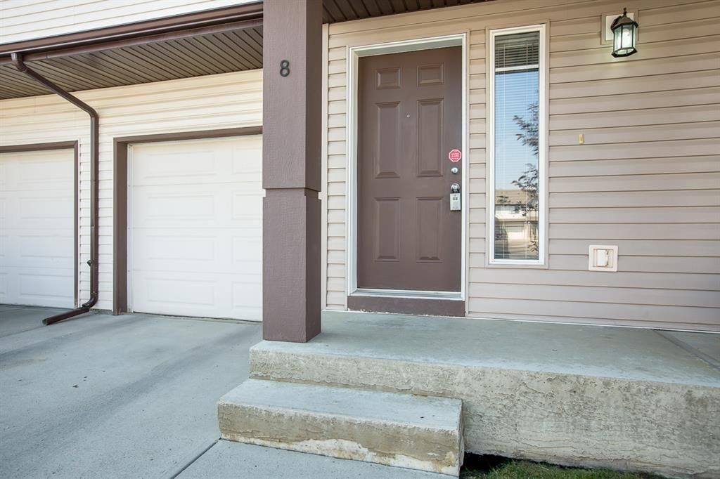 Main Photo: 8 Everridge Gardens SW in Calgary: Evergreen Row/Townhouse for sale : MLS®# A1041120