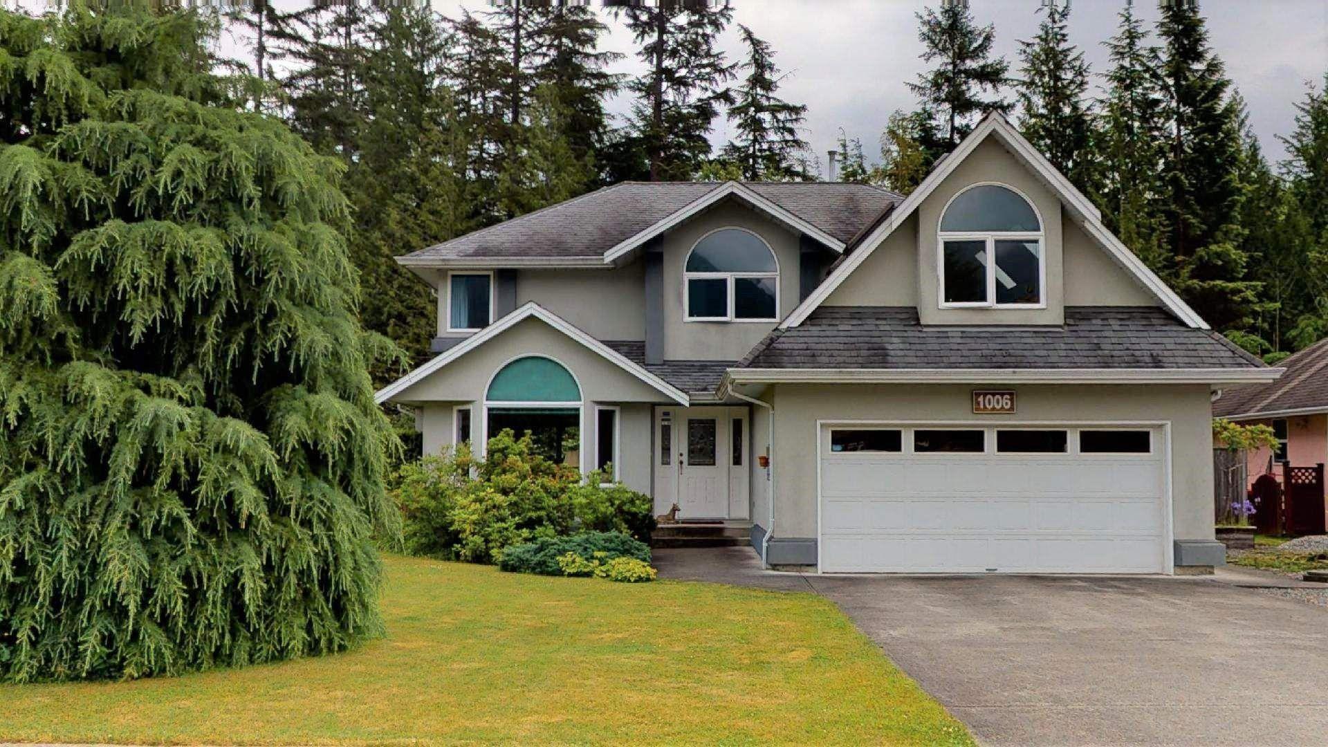 Main Photo: 1006 REGENCY Place in Squamish: Garibaldi Estates House for sale : MLS®# R2595112