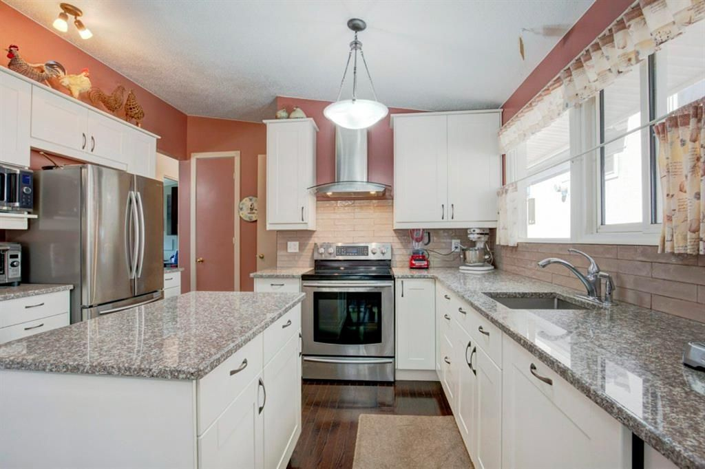 Main Photo: 6207 Lloyd Crescent SW in Calgary: Lakeview Detached for sale : MLS®# A1144940