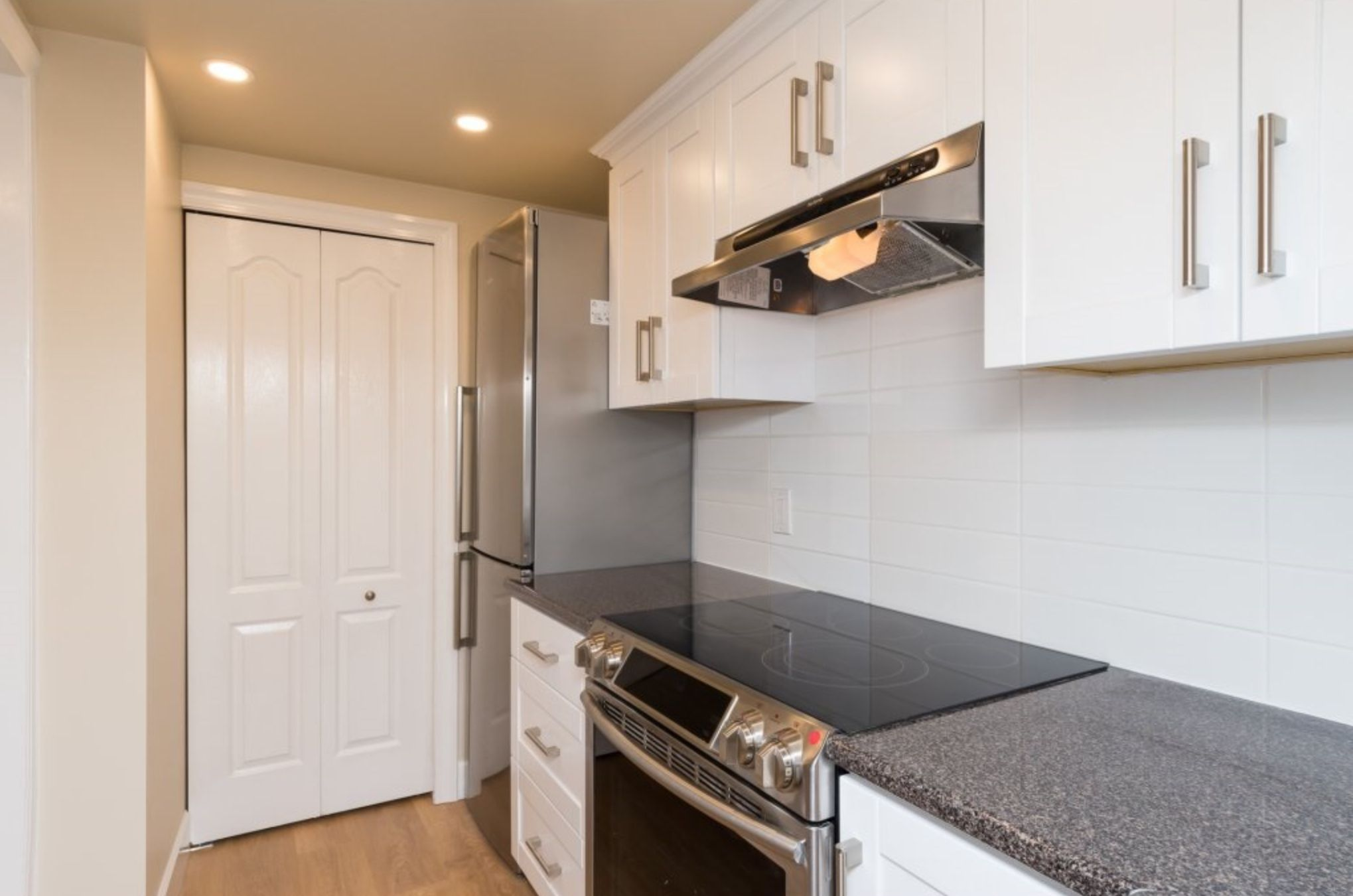 Photo 4: Photos: 410, 15111 Russell Avenue: White Rock Condo for sale (South Surrey White Rock)  : MLS®# R2152299