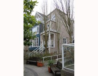 "Photo 1: 25 788 W 15TH Avenue in Vancouver: Fairview VW Townhouse for sale in ""16 WILLOWS"" (Vancouver West)  : MLS®# V756826"
