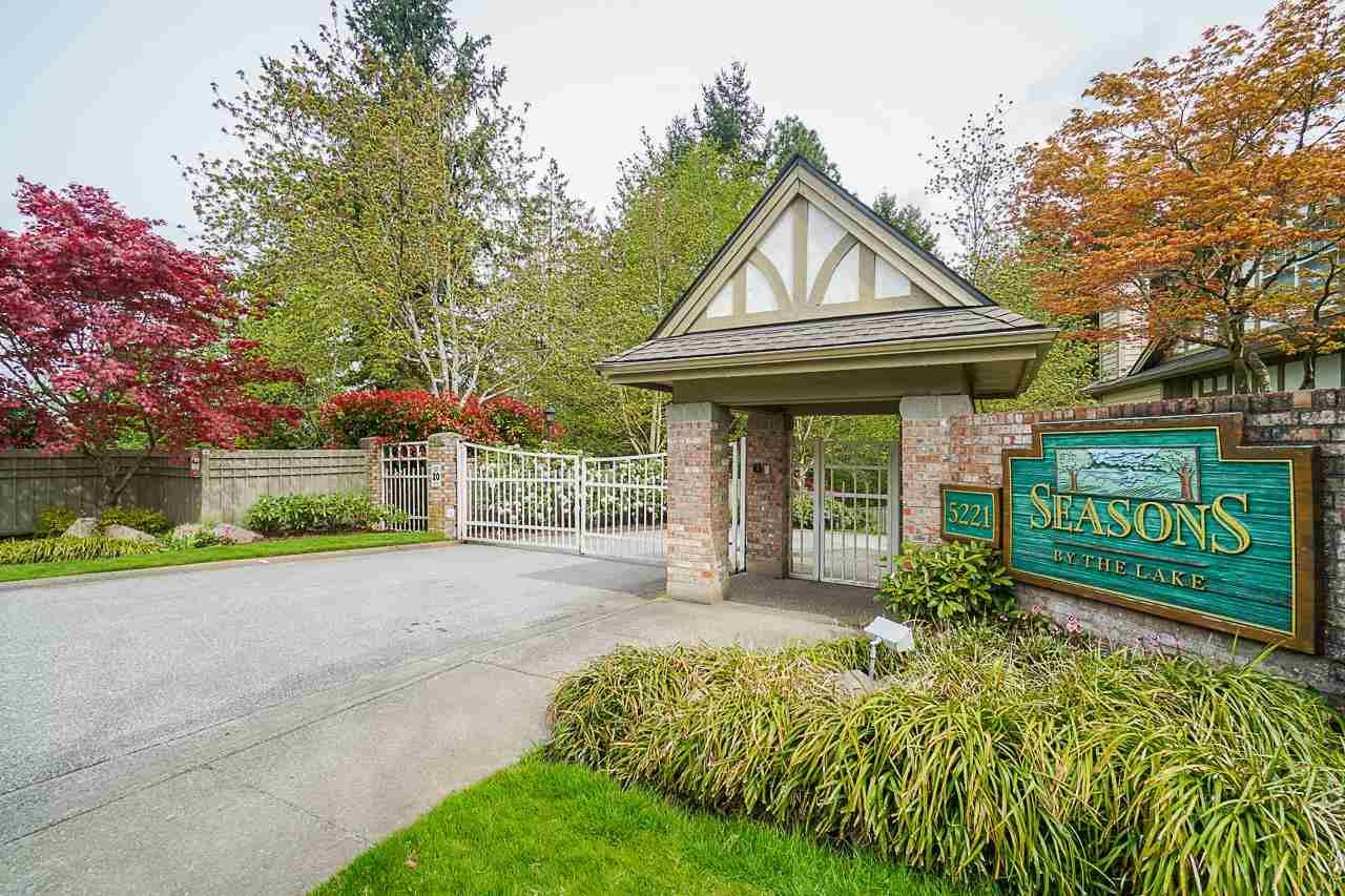"""Main Photo: 25 5221 OAKMOUNT Crescent in Burnaby: Oaklands Townhouse for sale in """"SEASONS BY THE LAKE"""" (Burnaby South)  : MLS®# R2573570"""