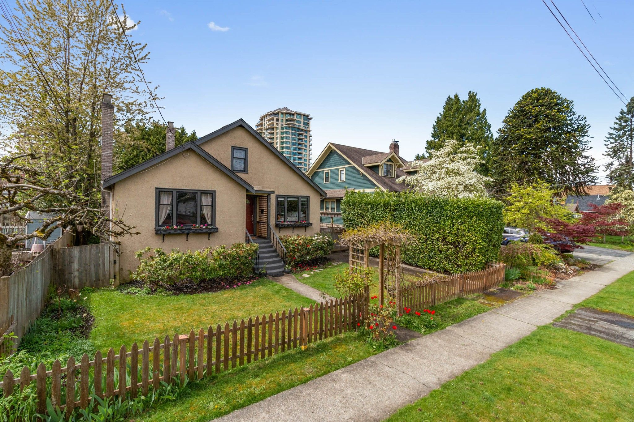 """Photo 1: Photos: 712 FIFTH Street in New Westminster: GlenBrooke North House for sale in """"GLENBROOKE NORTH"""" : MLS®# R2452819"""