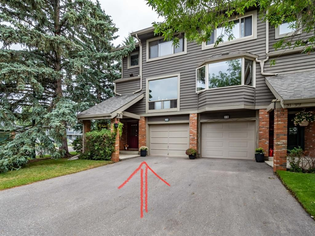 Welcome home to your corner unit in Midpark Gardens!