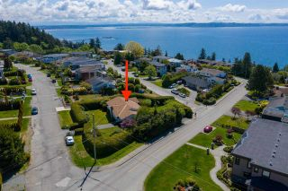 """Photo 3: 14418 BLACKBURN Crescent: White Rock House for sale in """"West Side White Rock"""" (South Surrey White Rock)  : MLS®# R2576581"""