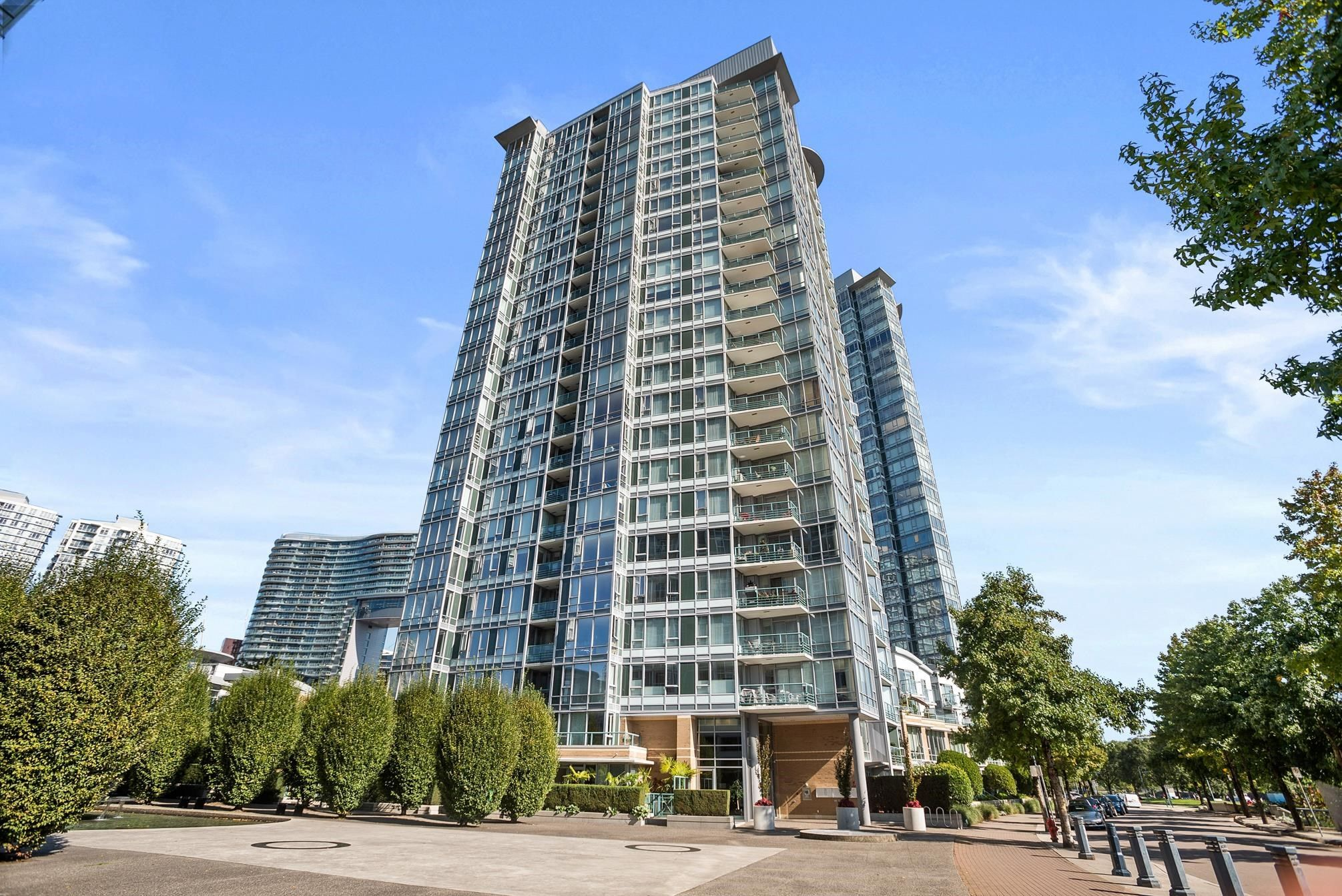 """Main Photo: 3F 1067 MARINASIDE Crescent in Vancouver: Yaletown Townhouse for sale in """"Quaywest"""" (Vancouver West)  : MLS®# R2620877"""