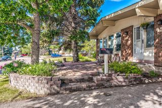 Photo 4: 459 Queen Charlotte Road SE in Calgary: Queensland Detached for sale : MLS®# A1122590